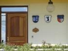 ¿Por qué todas las casas de Nueva Helvecia tienen escudos?
